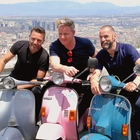 Chef Gordon Ramsey, giro in Vespa nelle strade di Napoli Video