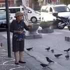 Lo scatto della turista vietnamita che offre cibo ai piccioni degli Scavi è virale