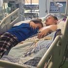 L'ultimo abbraccio della 15enne al fidanzato in fin di vita: lo scatto fa il giro del web