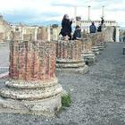 Pompei, le foto sulle colonne: quella vergogna che nessuno ferma