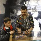 Mahmood da Sanremo alla Feltrinelli, firmacopie e abbraccio con i fan