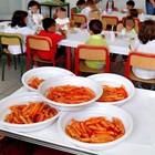 Bimba costretta a mangiare da sola a scuola: c'è il blitz