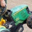 Bambino di due anni scappa da casa con il suo trattore a batteria per andare alla fiera