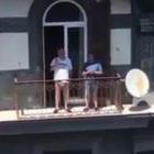 Confronto col premier dal balcone:  «È pronta la legge delle mutande»
