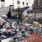 «Rifiuti mai rimossi», proteste per la discarica nell'ex mercato ittico