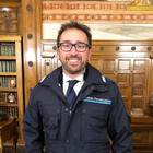 Anche Bonafede indossa la divisa. E scoppia l'ironia del web: «Copi Salvini»