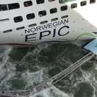 Nave da crociera si schianta contro il molo e lo distrugge: passeggeri increduli