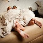 Trova la moglie a letto col fratello: distrugge tutto