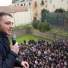 Anastasio torna nel suo liceo: prof e studenti in delirio | Foto e video
