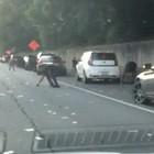 Piovono soldi in autostrada, gli automobilisti si fermano per raccoglierli