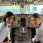 Madre e figlia pilotano un aereo di linea: la foto diventa virale