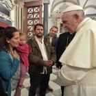 Il Papa incontra i rom, gli haters lo insultano