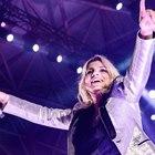 Emma Marrone, malore per due fan al concerto. Lei scende dal palco e va da loro