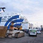 Incidente su traghetto a Napoli: auto schiaccia due persone un morto e una donna ferita