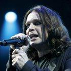Ozzy Osbourne rassicura i fan con un post dopo l'operazione alla mano
