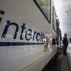 Intercity, l'odissea del Livorno-Milano: ritardo di 4 ore, capotreno aggredito