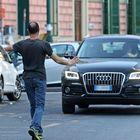 Parcheggiatori abusivi, linea dura: adesso i vigili possono arrestarli