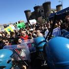 Napoli, alta tensione al Plebiscito: contatto tra polizia e manifestanti E de Magistris dà buca a Salvini