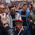 Marco Mengoni a sorpresa a Torino sfila con la banda di Mirafiori