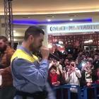 Mahmood al Centro Campania canta «Soldi» con il coro dei fan