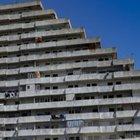 Pericolante la scuola occupata, nuovi alloggi agli abusivi a Scampia