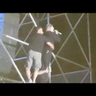 Gaeta, Nino D'Angelo in bilico sul traliccio per rendere omaggio ai fan durante il concerto