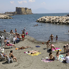 Napoli, è aprile ma sembra agosto: primi bagni e spiagge affollate