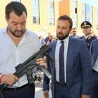 Salvini, foto con il mitra su Facebook: «Europee vicine, siamo armati»