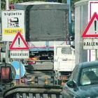 Cantiere A16, aggrediti tre operai: è caccia alla gang della Ford Focus