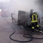 Fiamme e caos in autostrada, furgone distrutto da un rogo