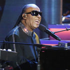 Stevie Wonder aspetta il trapianto di reni, ma non rinuncia a tenere concerti