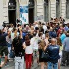 Nadia Toffa, folla alla camera ardente: venerdì 16 agosto i funerali
