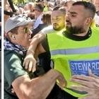Raggi a Italia 5 Stelle, rissa cronisti-militanti: insulti a «iena»