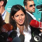 Raggi e il parapiglia con i giornalisti: «I militanti vogliono stare con noi»