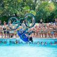 Brumotti, show all'Acquafan: salto mortale con la bici in piscina