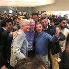 Tim Cook a sorpresa tra i clienti del negozio Apple di Milano: selfie con i dipendenti