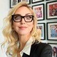 Chiara Ferragni e la foto in ufficio con gli occhiali, fan al vetriolo: «La faccia di chi non fa un c***». Lei reagisce così