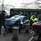 Milano, autobus si schianta contro un'auto della polizia