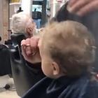 Il bimbo piange dal barbiere e tutti i clienti cantano: «Ci son due coccodrilli...»