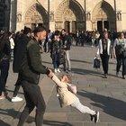 Notre-Dame, la bimba gioca col papà prima dell'incendio: è caccia all'uomo