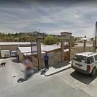 Passa la Google Car e la sua reazione è... hot: censura nella Street View su Maps