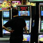 Napoli dichiara guerra all'azzardo: via le slot da bar e tabaccherie