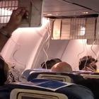Passeggeri perdono sangue, aereo atterra