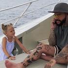 Papà parla troppo al telefono, la figlia di 4 anni glielo butta in mare