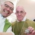 """Papa Francesco e il sefie con la spilletta """"apriamo i porti"""" che sta facendo il giro del web"""