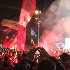 Napoli, è una lunga notte di follia: in diecimila all'aeroporto | Foto e video