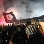 Napoli, la notte di Capodichino: l'abbraccio dei diecimila agli azzurri