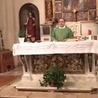 Il prete fa cantare «Soldi» a messa