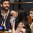 All'Onu con la figlioletta in braccio: la premier neozelandese nella storia. E sul pass c'è scritto «first baby»