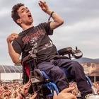Ragazzo disabile sollevato in aria dal pubblico al concerto: la foto è virale